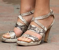 Oj, oj, oj vad jag skulle vilja ha dessa skor. Ormskinnssandaletter deluxe!