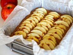 Siken omenakakku hipoo täydellisyyttä! Vinkki, joka parantaa lähes kaikkien leipomusten makua - Ajankohtaista - Ilta-Sanomat Hot Dog Buns, Hot Dogs, Sausage, Food And Drink, Sweets, Bread, Cheese, Baking, Ethnic Recipes