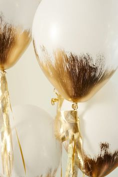 Gold brushed balloons are a perfect touch for a gilt celebration. // I don't have gold paint. But we could spray white balloons with silver sparks! Grad Parties, Holiday Parties, Do It Yourself Decoration, Golden Birthday, Gold Birthday Party, Birthday Makeup, Happy Birthday Balloons, 25th Birthday, Birthday Parties