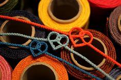 프레즐 팔찌 제작법입니다.외줄셀틱과 모양이 비슷하긴 하지만 과정은 조금 차이가 있습니다. 디자인 노트?... Diy Bracelets Easy, Handmade Bracelets, Handmade Jewelry, Macrame Jewelry, Macrame Bracelets, Knot Braid, Micro Macramé, Diy Rings, Macrame Patterns