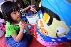 Orangtua lebih sering mengajarkan anaknya membaca dan menulis tapi jarang yang mengajari melukis atau menggambar. Padahal melukis bisa membantu anak mengungkapkan perasaannya.