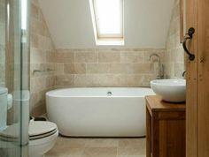 1-jolie-salle-de-bain-sous-pente-une-jolie-salle-de-bain-avec-carrelage-beige-et-baignoire-blanche