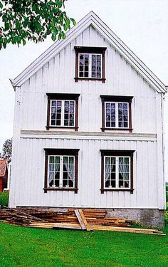 Brusveen, Levanger, 1814. Østgavlen. The windows of the second floor has real Platbands, while the windows, curtains and potted plants that are painted on the wall has stood since 1814. PHOTO: JON Brænna, FROM THE BOOK OLD WOODEN