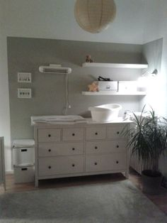 onze mintgroene babykamer kinderkamer met commode en rol trolley van ikea our nursery room. Black Bedroom Furniture Sets. Home Design Ideas