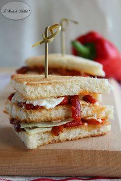 Sandwich con peperoni arrosto e feta