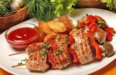 Brochetas de shashlik con salsa de tomate picante
