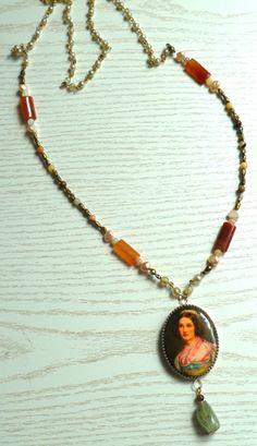 Kette aus alter Brosche, Perlen und Steinen