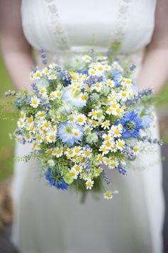 runder Hochzeitsstrauß. Feldblumen, Blausterne und Kamille, eine schöne Idee für Brautstrauß