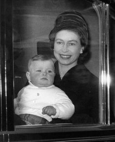 Queen Elizabeth II with baby Prince Andrew. I love this QUEEN for a lot of reasons . Hm The Queen, Save The Queen, Queen Mary, Princess Elizabeth, Princess Eugenie, Queen Elizabeth Ii, Prince George Birthday, Prinz Andrew, Queen Elizabeth