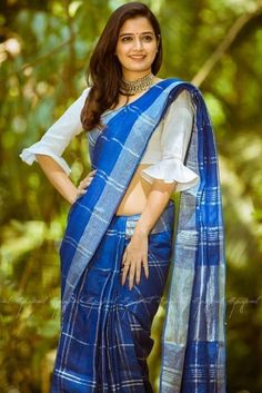 Saree blouse Bluse entwirft indisches Muster Work Uniforms: Dress Better Than The Rest Whether you s Saree Blouse Neck Designs, Fancy Blouse Designs, Bridal Blouse Designs, Designs For Dresses, Saree Jacket Designs Latest, Pattern Blouses For Sarees, Indian Blouse Designs, Blouse Neck Patterns, Bow Blouse