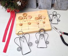 Wire angels for ornaments, floral decoration, gift tag on present. Wire Crafts, Metal Crafts, Crafts To Make, Holiday Crafts, Christmas Crafts, Arts And Crafts, Christmas Decorations, Christmas Ornaments, Wire Wrapped Jewelry