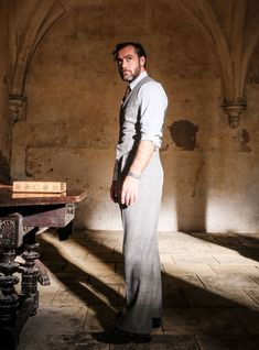 Albus Dumbledore (Jude Law) at Hogwarts, where he teaches Defense Against the Dark Arts. Albus Dumbledore, Harry Potter Gif, Harry Potter Characters, Harry Potter World, Fantastic Beasts Movie, Fantastic Beasts And Where, Hogwarts, Hindi Movies, Jude Low
