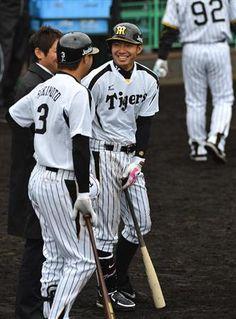 練習中、関本(左)と談笑する鳥谷。野手キャプテンとして貫禄もでてきた