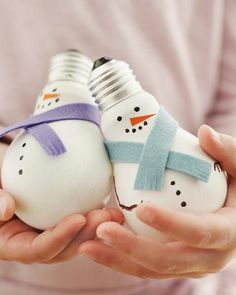 Sweet Paul Holiday Countdown: Day 22 - Light Bulb Snowmen (Not a paper craft, but cute. Snowman Decorations, Snowman Crafts, Diy Christmas Ornaments, Christmas Projects, Holiday Crafts, Christmas Decorations, Christmas Ideas, Christmas Lamp, Snowman Ornaments