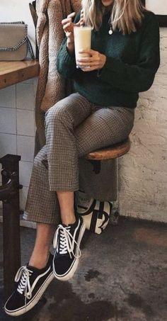 Outfits – Pullover mit Rundhalsausschnitt + Karohosen mit Schottenmuster + alte Skool-Sneaker… Outfits – crew neck sweater + plaid checked pants + old Vans skool sneakers, # Checked trousers Karohosen Outfit, Plaid Pants Outfit, Sweater Outfits, Green Sweater Outfit, Pullover Outfits, Check Trousers Outfit, Outfit Work, Trouser Outfits, Burgundy Sweater