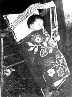 Ojibwe infant in cradle board on the White Earth Indian Reservation baby Native American Children, Native American Photos, Native American History, Native American Indians, Native Americans, Pow Wow, Native Indian, First Nations, Nativity