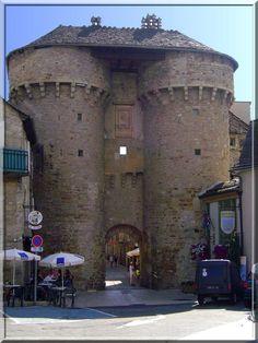 Marvejols en Lozère a la chance de posséder 3 portes fortifiées d'origine médiévale. Bien qu'elles ne soient pas visitables, ces hautes constructions sont à voir, toucher et ressentir.