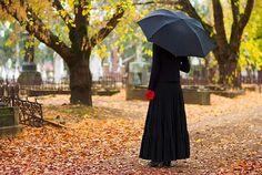 """Komu należy składać kondolencje? Można złożyć kondolencje tylko najbliższej rodzinie. Można i wszystkim krewnym. Nie należy tu ograniczyć się tylko do pustej formy typu: """"Moje kondolencje"""". Lepiej powiedzieć kilka ciepłych słów z serca. Na pewno należy zachować umiar w zbyt natarczywym okazywaniu swoich uczuć. W tak trudnej dla wszystkich sytuacji należy być bardzo wyrozumiałym."""