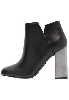 Guess туфли ГЕЛИО - ботильоны на высоком каблуке - черный черный: € 122,95 на сайт zalando (на 23-11-16). Бесплатная доставка и возврат, быстрая доставка и безопасная оплата!