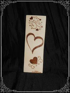 Marcapaginas pirograbado con motivos de corazones, ideal para regalo de San Valentín, aniversario,... a tu pareja le encantará y más aún si lo personalizas con tu nombre o el suyo...