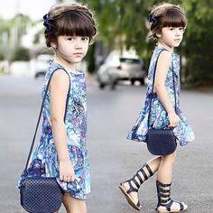 E quem disse que menina não usa azul??   Rapha desfilando com nosso vestido Pinturas da 1 + 1
