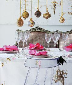 Em vez de um centro de mesa, pendure enfeites de Natal no teto ou no lustre. Outra boa ideia é usar os mesmos penduricalhos para decorar as cadeiras (Decoração de Natal | Christmas decor)
