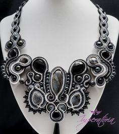 Bijuterii handmade Iasi realizate de Imperatoria Pentru mine, sa ajung sa fac bijuterii handmade Iasi a fost un vis din copilarie. Orice fetita, de mica se joaca cu margelele mamei. Pe de alta parte, lucrul cu perle, pietre semipretioase, elemente din argint, cristale Swarovski a fost un pariu castigat cu mine insami, pariul ca