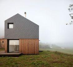 Baragaño Architects tarafından kuzeybatı İspanya'da tasarlanan evde galvanizli çelik, ahşap ve doğal taş kullanımı öne çıkıyor.