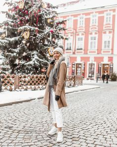 Greetings from Znojmo!❄️🇨🇿 Tultiin eilen @lindaekroth kanssa tänne Tsekkeihin @janinakatriinahavia luokse, niin kivaa nähdä pitkästä aikaa… Time Of The Year, Wonderful Time, My Photos, Coat, Jackets, Instagram, Fashion, Down Jackets, Sewing Coat