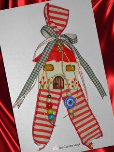 κεραμικό χειροποίητο σπιτάκι, δεμένο σε φαρδιά ριγέ κορδέλα, και διακοσμημένο με ξύλινες χάντρες και κεραμικό ματάκι Γούρια 2017 Ceramic Houses, Charms, Ceramics, Christmas Ornaments, Holiday Decor, Handmade, Home Decor, Ceramica, Pottery