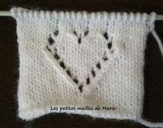 Bonjour les tricopines, Je vous propose aujourd'hui de faire le point petit coeur ajouré. Ce coeur agrémentera vos différentes layette ou ...