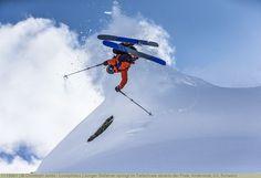 Junger Skifahrer springt im Tiefschnee abseits der Piste, Andermatt, Uri, Schweiz