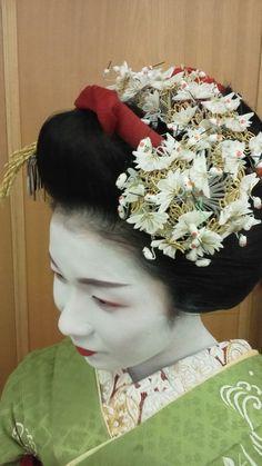 """geisha-kai: """"January 2017: maiko Mitsuhana of Pontocho wearing a crane kanzashi by Sakutyan - blog """""""