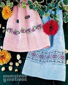 Borda tus toallas en punto de cruz con esta bella propuesta: 2,20€ #muestrasymotivos #puntodecruz #toilet #bathroom #labores #home #muestras #lila #rosa #pink