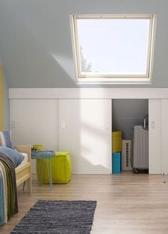 Beautiful and practical sliding doors in the attic, so you can tuck your entire garbage neatly . Attic Bedroom Storage, Attic Bedroom Small, Loft Storage, Boys Bedroom Decor, Attic Spaces, Attic Rooms, Bedroom Loft, Home Bedroom, Built In Cupboards Bedroom