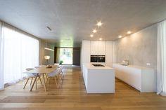 Große Wohnküche Ganz In Weiß Gehalten. Weiße Fronten Und Weiße  Keramikarbeitsplatte. Decken Und Wände
