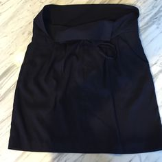 Uniqlo size 6 navy skirt Uniqlo size 6 baby skirt with two buttons and a drawstring waist. Pockets too! Worn once. Beautiful lining inside! 100% polyester UNIQLO Skirts