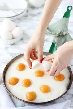 Hoy os traigo una receta que no dejará indiferente a nadie. Se trata nada más y nada menos que de un pastel de huevos fritos, pero no unos huevos fritos cualquiera, sino unos huevos fritos dulces. Este pastel es un… Bakery Recipes, Egg Recipes, Cooking Recipes, Huevos Fritos, Egg Cake, Canapes, Deli, Food Photo, Tapas