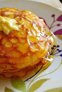 基本の生地にバターをたっぷり加えたパンケーキ。 薄めに焼けば、端はクリスピーでバタークッキーのような食感に。 軽い歯応えだけど真ん中はしっとり、バターのリッチな香りがまさに完璧!なパンケーキです。