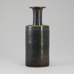 STIG LINDBERG Vas, stengods, Gustavsbergs studio. Unik. Glasyr i blå-grå toner. Signerad stig L samt med studiohanden. Höjd 27,5 cm.