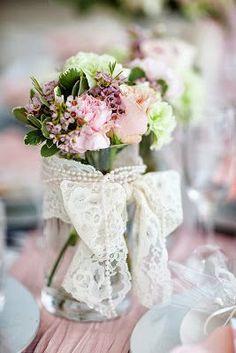 Se a sua decoração é mais sofisticada, você pode usar e abusar das pérolas e fitas de cetim.Laços de renda também são ótimos para dar acabamento aos vasos.