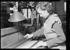 Mulher trabalhando em fábrica têxtil, Nova Jersey.