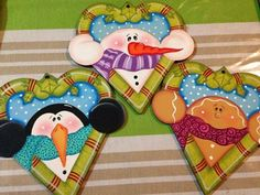 country navidad 2015 - Buscar con Google Wooden Christmas Ornaments, Painted Ornaments, Felt Ornaments, New Year's Crafts, Christmas Projects, Holiday Crafts, Christmas Town, Country Christmas, Christmas Crafts
