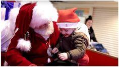 """Um Papai Noel fez os desejos de uma menina se tornarem realidade quando conversou com ela de uma forma muito especial. O momento foi gravado pelo usuário Mashup Mark. (You Tube) O clipe começa com uma criança sentada no colo do Papai Noel no meio de um shopping. Sua mãe pode ser ouvida dizendo: """"Desculpe, ela não pode falar muito bem"""". Em vez de apenas sorrir e passar para a próxima criança, o Papai Noel perguntou: """"Ela sabe linguagem de de sinais?"""" Em seguida conversou com ela"""