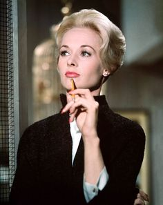 Tippi Hedren in The birds directed by Alfred Hitchcock, 1963 Tippi Hedren, Hollywood Glamour, Classic Hollywood, Old Hollywood, Hollywood Stars, Labo Photo, Divas, Alfred Hitchcock The Birds, Photos Originales