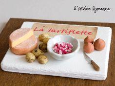 Préparation tartiflette miniature fimo / fromage / patate / oignon / lardon / vernis / pastel sec / vaisselle miniature / bois