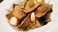 Ravioles de harina integral y semillas de lino rellenos de calabaza asada