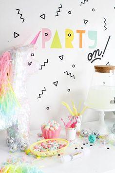 Party Wall Decals | Oh Happy Day! Pinata und Regenbogen-Farben.