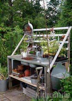 Vanhasta tiskialtaasta syntyy toimiva taso puutarhapöytään. Kuva: Hanna Marttinen Garden Structures, Greenhouses, Dream Garden, Future, Kitchen, Home Decor, Green Houses, Future Tense, Cooking
