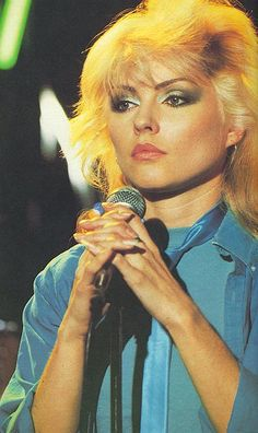 Debbie Harry This picture shows Debbie Harry from blonde wearing the metallic style make up she was known for which caught on to bea big trend in this time. The casual shirt also shows her signature laid back edgy style. Blondie Debbie Harry, Look Disco, 70s Makeup, Disco Makeup, Vintage Makeup, Estilo Rock, Joan Jett, Studio 54, Iconic Women